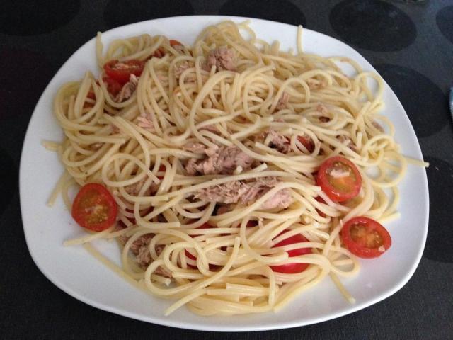 Espaghetis con Atún y Tomate Cherry.