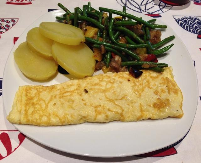 Salteado de verduras, acompañado con patata hervida y una tortilla de un huevo y tres claras.