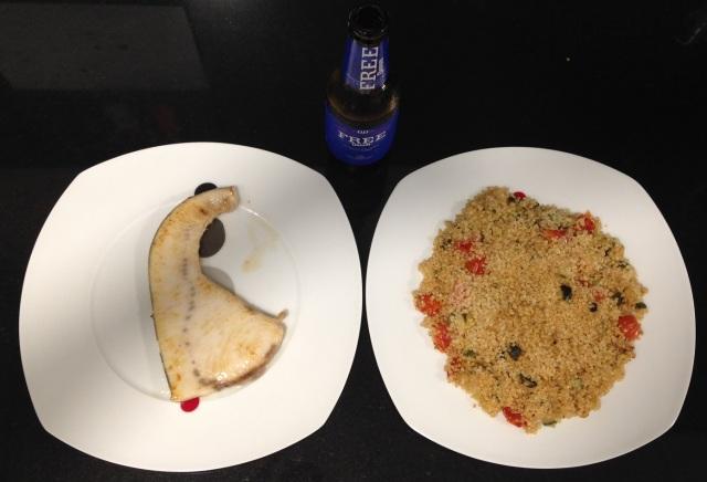 Quinoa salteada con dados de calabacín y tomates cherry, y un trozo de emperador a la plancha.