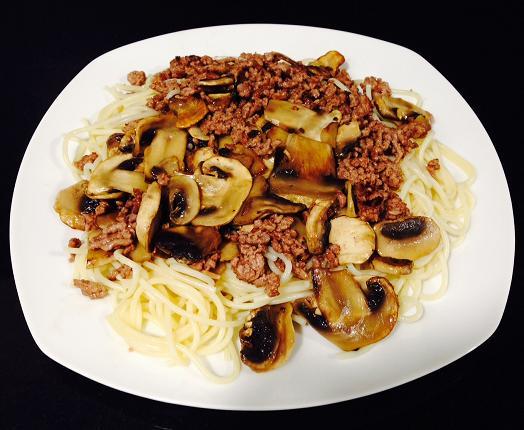 Espaguetis con carne picada de ternera y champiñones.