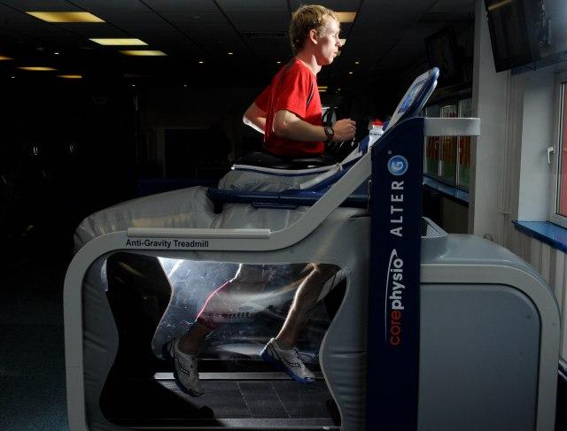 Galen Rupp usando la máquina AlterG.