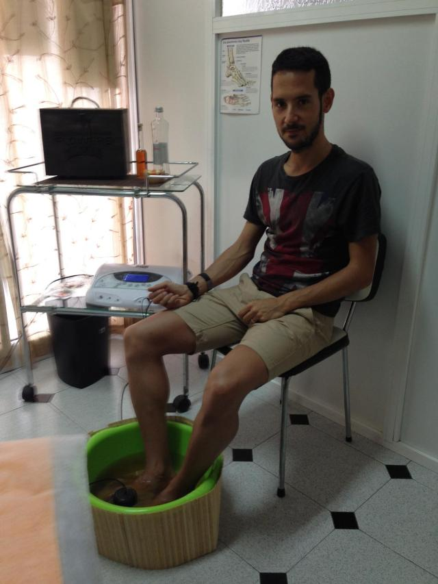 Un servidor mientras realizaba la sesión de baño ionizante de pies.