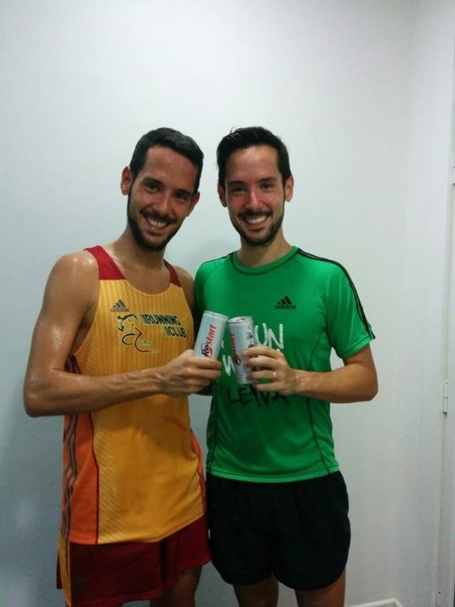 Mi hermano y yo posando con una lata de Restart Drink.