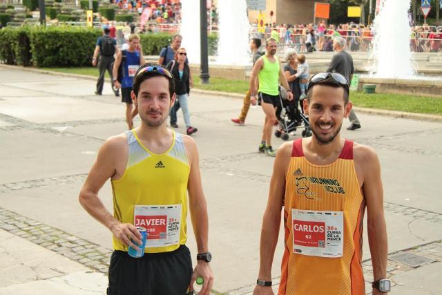 Posando con mi hermano una vez terminada la carrera.