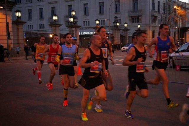Atletas conocidos de otras carreras pasado el KM4 dejando atrás la Estación de Francia.