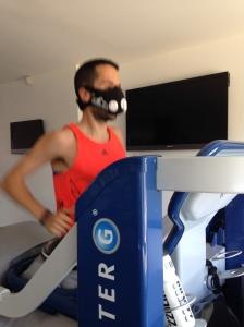 Entrenando con la AlterG simulando estar en altura con la Training Mask.