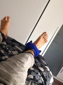 Aplicando magnetoterapia al maltrecho pie.