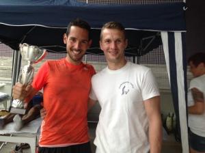 Posando con el trofeo junto a Emilio.