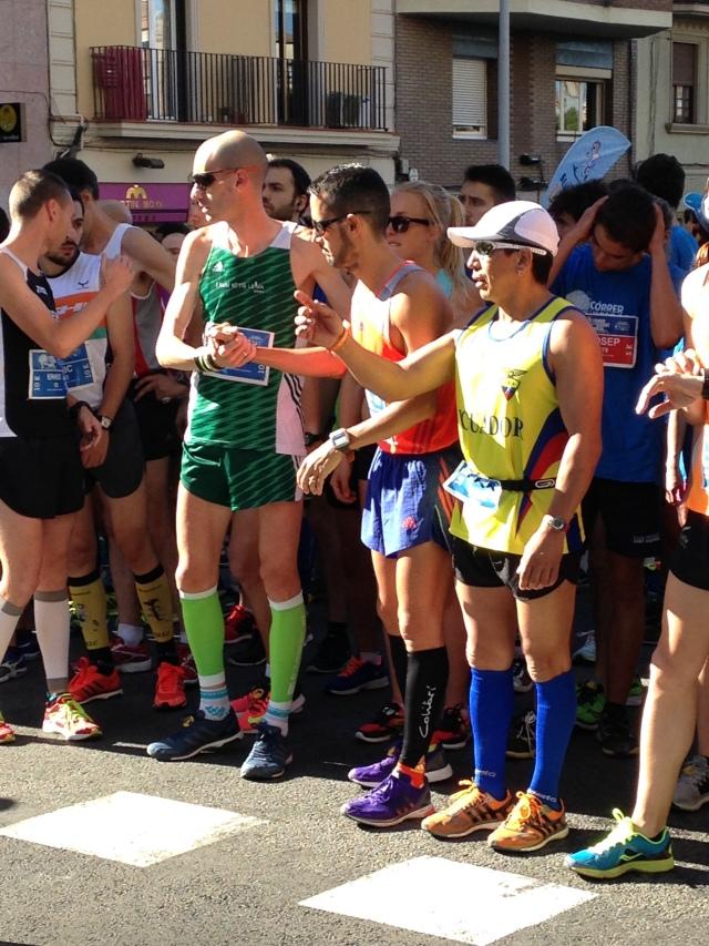 Instantes antes de iniciar la cursa, dando la mano a Juan Pedro y Ernest.
