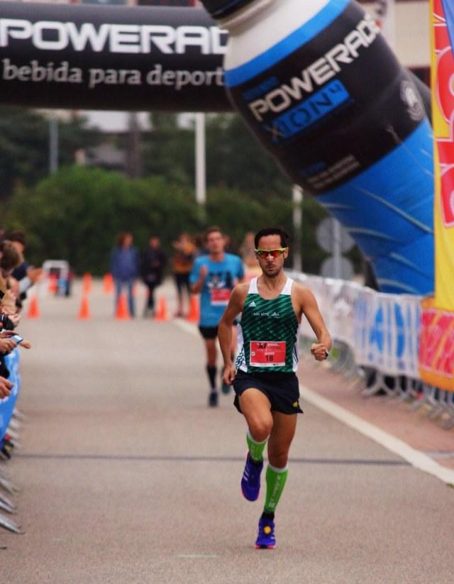 Mi hermano Javi llegando a meta en los 10k del Mediterrani.